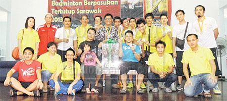 PEMENANG: Para pemenang Pertandingan Badminton Berpasukan Tertutup Sarawak di Mukah pada Ahad lalu.