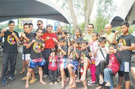 CABARAN: Barisan peninju Kelab Muaythai JBL menyertai Cabaran Muaythai Lundu pada Sabtu ini bersama-sama dengan Ahmad Nirwan (belakang, tiga kanan) di Lundu.