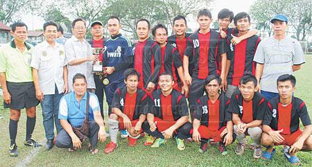 UNGGUL: Vincent Lau (tiga kiri) menyampaikan piala kejuaraan kepada pasukan Singgah Selalu I yang mengungguli kejohanan bola sepak tujuh sebelah Terbuka Sibu. Turut kelihatan Hajis (dua kiri) di Sibu petang Ahad lalu.