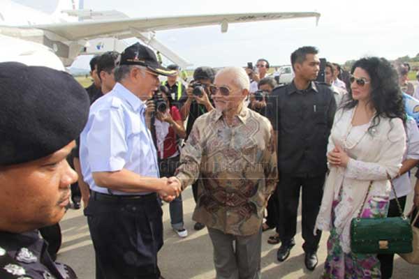 APA KHABAR?: Taib serta Ragad (kanan) bersalaman menyambut ketibaan Najib serta isteri.