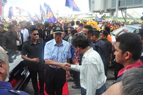 BERJIWA RAKYAT: Najib tidak melepaskan peluang bersalaman dengan rakyat yang menyambut ketibaannya seawal jam 2 petang semalam.