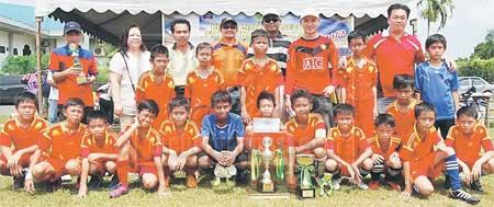 JUARA: SK Kidurong muncul juara Piala Tunas Harapan BDA Edisi Ke-7 2013 bersama pihak penganjur dan guru-guru mereka di Bintulu.