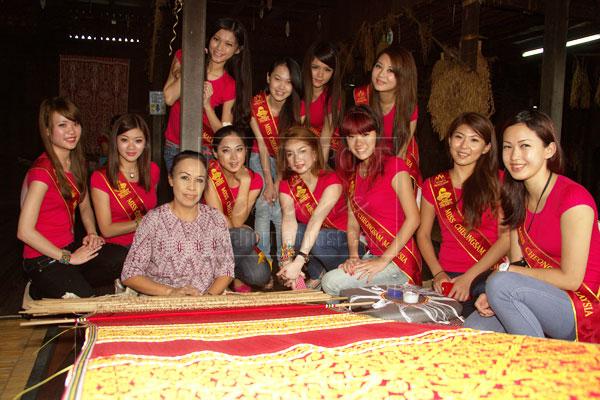 INTRICATE DESIGN: The finalists learn about pua kumbu weaving.
