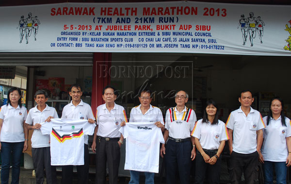 THE BIGGEST RUN: Tang (fourth from left) with Tiong (third and fifth from left) display the free T-shirt to be given away to the first 600 participants to register.