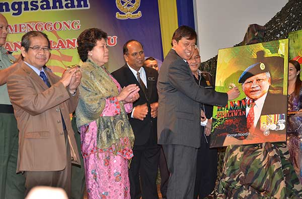 JASAMU TERUS DIKENANG: Abang Johari menandatangi replika buku Kanang sebagai simbolik pelancaran Majlis Pengisahan Mendiang Kanang di Kuching, semalam. Turut kelihatan (dari kanan) Talib, Brawang dan Awang Sariyan.
