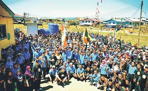 MERIAH: Abdullah (tengah) merakamkan kenangan bersama para peserta Konvoi Jelajah Desa di pekarangan Masjid Kampung Bruit, kelmarin.