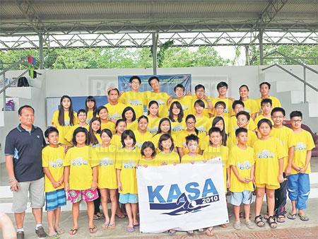SYABAS: Perenang KASA 2010 merakamkan kejayaan bersama-sama dengan Anthony Kong (kiri) setelah membawa pulang 24 emas, 34 perak dan 33 gangsa pada Kejohanan Renang Kumpulan Umur Sarawak kali ke-40 yang diadakan di Sibu pada minggu lepas.