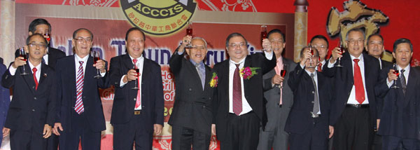 BEST WISHES: Taib and Wee (on Taib's left) join ACCCIS committee members for the toast. - Photo by Chimon Upon