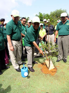 GOING GREEN: Jabu participates in a tree planting programme to support the Green Movement initiative. Chin is on his right. — Photo by Kong Jun Liong