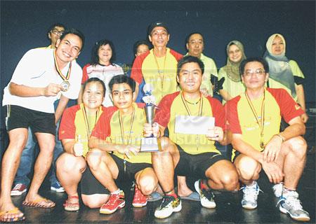 UNGGUL: Jimmy (tengah belakang) bersama pasukan SSBSPN juara kejohanan badminton Piala DUN Nangka di Sibu, kelmarin.