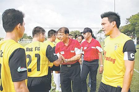 DIPERKENAL: Sebastian (tiga kanan) diperkenalkan kepada pasukan PDRM pada perlawanan Piala Sumbangsih 2013. Turut kelihatan Mohd Saif (dua kanan) di Miri Ahad lalu.