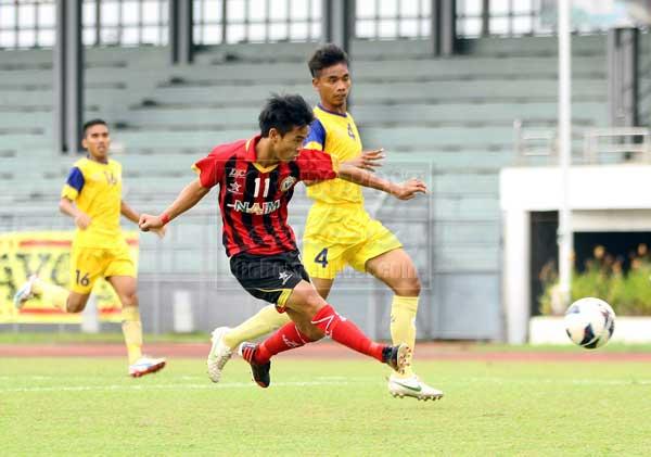 REMBAT: Eugene merembat gol pertama Sarawak pada perlawanan Piala Presiden 2013 menentang Perlis di Stadium Negeri semalam. Sarawak menang selesa 2-0. — Gambar Chimon Upon