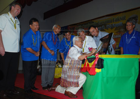 PELANCARAN: Taib menandatangani plak digital untuk melancarkan penyambungan Kapit ke talian Grid Negeri Sarawak pada Majlis Pemimpin Bersama Rakyat di Dewan Suarah Kapit, semalam.