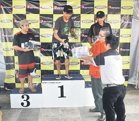 TAHNIAH: Fadillah menyampaikan hadiah kepada para pemenang. — Gambar Mohd Rais Senusi