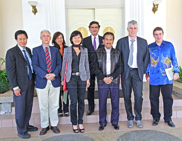 Chief Minister Datuk Seri Musa Aman (third right) with the representatives of the six conservation and research organisations who paid him a courtesy call at Sri Gaya. They are, from left, Bernard Tai, Datuk Dr Junaidi Payne, Irene Jintoni, Cynthia Ong, Datuk Sam Mannan, Dr Marc Anrenaz and Dr Benoit Goossens. – Photo by Suzanne Chong/LEAP.
