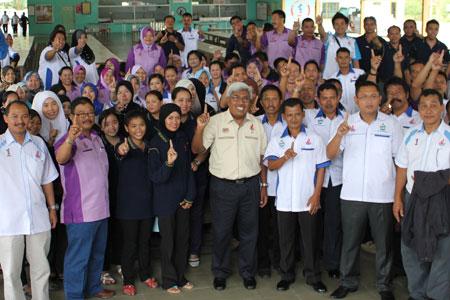 Abdul Hadi (tengah) bersama para jurulatih PLKN di kem PLKN KK Di Bawah Bayu Tuaran.