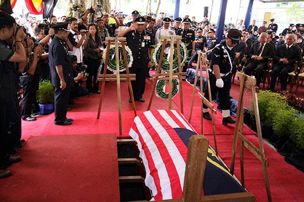TABIK WIRA: Khalid memberi tabik hormat pada upacara pengebumian mendiang Michael.