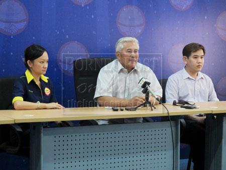 DITETAP: George Lagong (tengah) mansutka pemutus Larry ditetapka bediri ba sitak parlimen Lubok Antu.