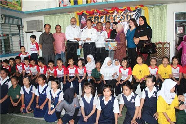 THANK YOU: Karambir (left) receives a RM5,000 donation from Sebastian on behalf of the Trekthon committee.