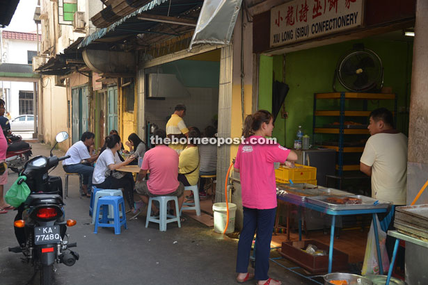 The Chup Hing Huong 'kopitiam' that offers the famous 'Dian Mian Hu', while the Xiu Long (Sibu) Confectionary sells the yummiest Chinese egg cakes at 30 sen apiece. Both are located at an alleyway near Jalan Blacksmith.