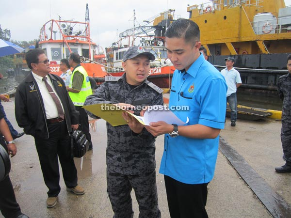 Miri Immigration chief Roy G. Fender Entusa briefs deputy director of Immigration Hamfatullah Syawal Hamdan (right) on the deportation process at the jetty.