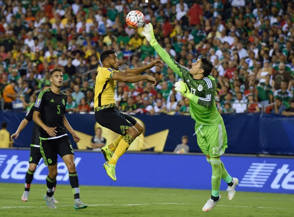 Mexico's goalkeeper Guillermo Ochoa (R) knocks the ball away from Jamaica's Adrian Mariappa during the 2015 CONCACAF Gold Cup final in Philadelphia on July 26, 2015 (AFP Photo/Don Emmert)