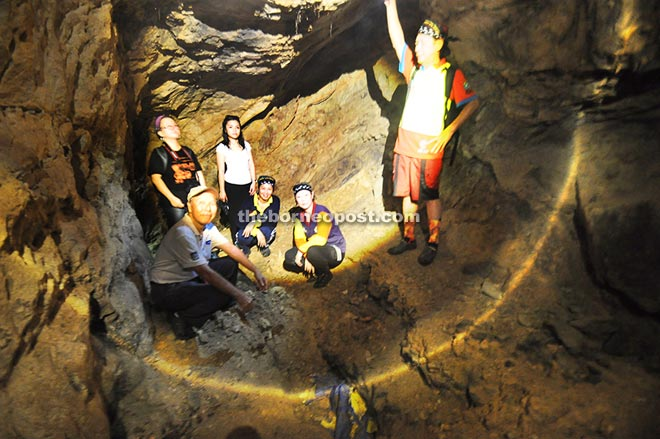 PAM Sabah Chapter members and Kudat Coconut Hash House members inside the rediscovered Pinangsoo cave.