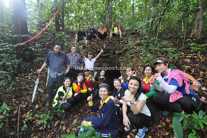 Victor Wong (centre) and members of PAM Sabah Chapter and Kudat Coconut Hash House at the cave entrance.