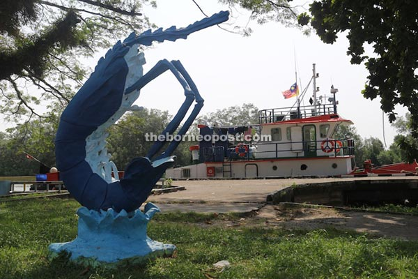 There are two iconic statues in Mukah where one is the 'prawn' while the other is the red snapper.