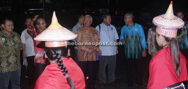 Manyin (third right) accompanied by SK Dominic Pichin headmaster Marcos Nyandang (right) and Mas Gading MP Anthony Nogeh Gumbek (second right) watch the welcoming dance performance.