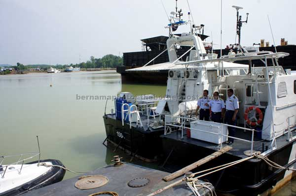 Adon (centre) inspecting the jetty during his official visit to Maritime District (DM) 5, Kuala Linggi in Alor Gajah. — Bernama photo