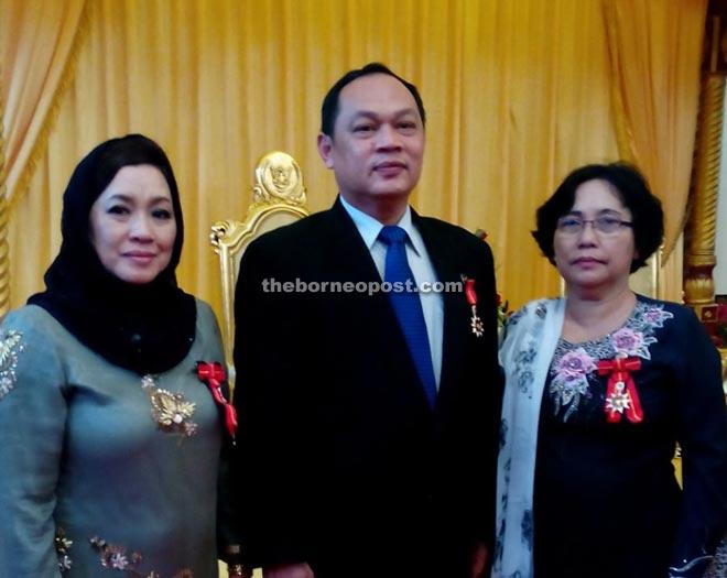 ABS recipient Churchill Edward Drem, who is The Borneo Post Kuching chief reporter, is flanked by Parti Tenaga Rakyat Sarawak (Teras) Kalaka Women's member councillor Dayang Rosnah Abang Drashid (left) and Teras Krian Women's member Dius Kusam.
