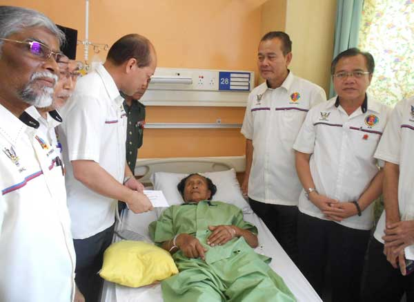 Some of the office bearers from the PVATM paying a visit to Awang at the Sarawak General Hospital.
