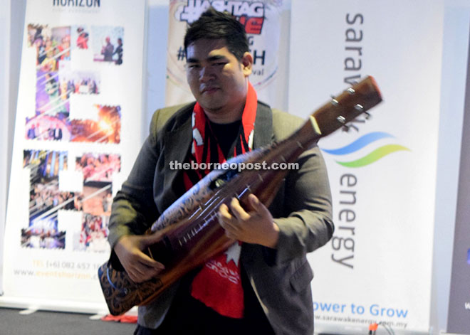 Saufi Sape 'Star' playing the sape to a slow rock song.