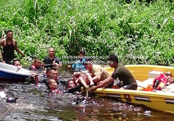LEMAS: Mangsa yang ditemui Unit PPDA diangkat masuk ke dalam bot.