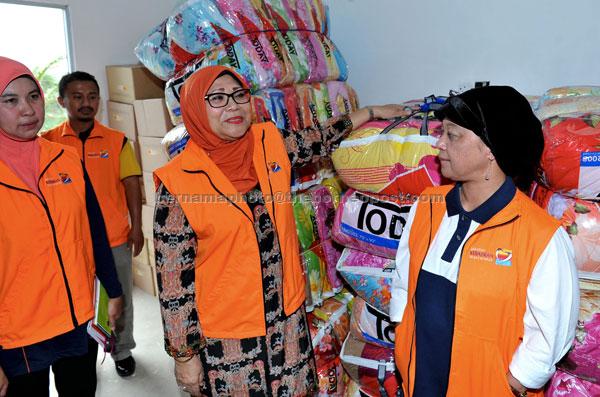 Rohani (centre) attending a Flood Relief Centre simulation programme at Pantai Cahaya Bulan. — Bernama photo