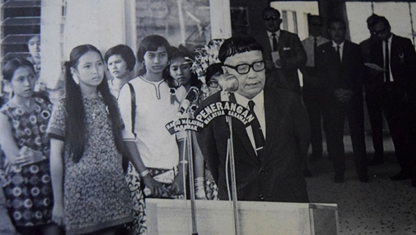 Linyang continued to be attached to the Iban community and took part in Iban community functions and events, bringing along her two children. Here, they listen to a speech by Tun Temenggong Jugah during the opening of Rumah Dayak in Miri.