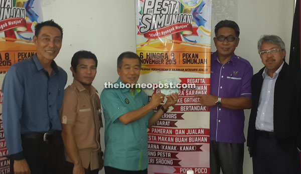 Naroden (third left) showing a CD containing a video clip for the theme song of the festival 'Semarakkan Pesta Simunjan' after the press conference. Also seen are Abdul Rahman (second right) and Abdul Khalid (second left).