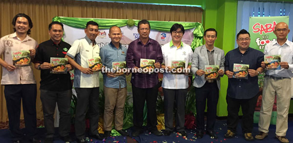 """Kamarlin (centre), together with Sani (third left), Johnny (fourth right), Zaki (fourth left), Ritchie (third right) and the agents of """"Sabah Food Trail"""" packages."""