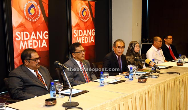 Len Talif (centre) addressing reporters at the press conference. Seen from left are Shakor, Mohamad Kadim, Mariani, Mohd Ali and Mohd Fuad.