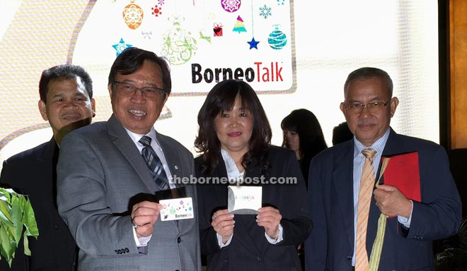 Abang Johari (left) and Pan (second right) showing the Borneo Talk Privilege Card while Talib (right) and Ik Pahon look on.
