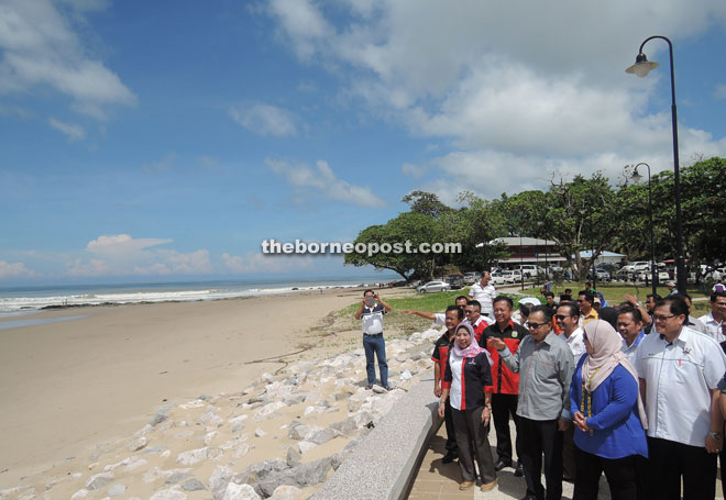Mas Ermieyati (second right) and others admire the beautiful beach scenery.