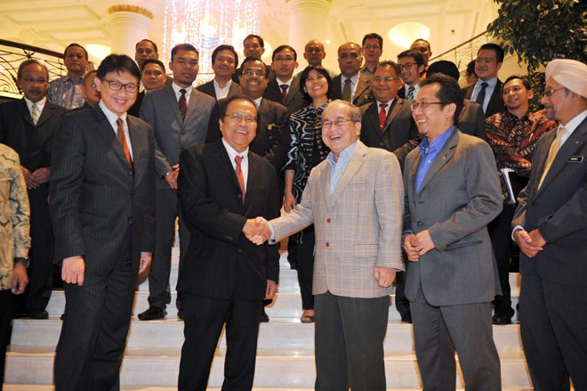 Uggah (fourth left) welcomes Rizal and the Indonesian delegation to the Ministerial Meeting on the establishment of the CPOPC yesterday. — Bernama photo