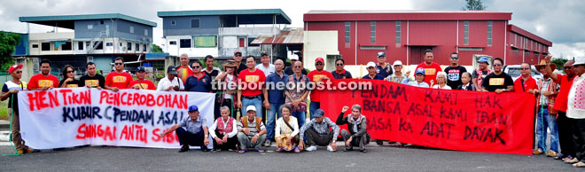 The descendants (squatting front row) together with Peter John (with pua kumbu vest) and others holding a peaceful protest against the development of the graveyard site by a developer.