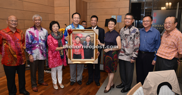 Henry Lau (fourth left) and wife Wendy Lau (third left) present a souvenir to Liu Quan (fifth right) and wife Sun Xia (fourth right). Also seen are (from right) Stephen Lau, Lo, Jahar Gultom, Abdul Wahab and Peter Minos.