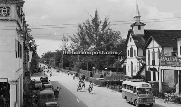 An old photograph of Sibu taken in the 60s shows the traffic along Island Road. Notice the old school green-and-white bus on the bottom right corner of the picture.