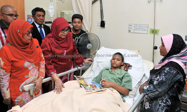 Rohani (second left) visits Siti Nuraisyah at Hospital Tengku Ampuan Rahimah (HTAR) in Klang, Selangor. Also present are deputy minister of Plantation, Industries and Commodities Datuk Noriah Kasnon (left) and the victim's mother Maimunah Mat Razali, 48 (right). — Bernama photo