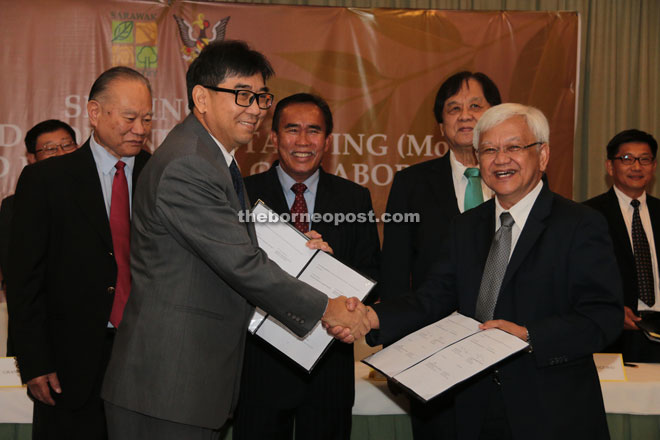 Ting Chung (front, left) exchanges MOU documents with Abdul Hamid, witnessed by (behind, from left) Kie Yik, Len Talif and Tiong.
