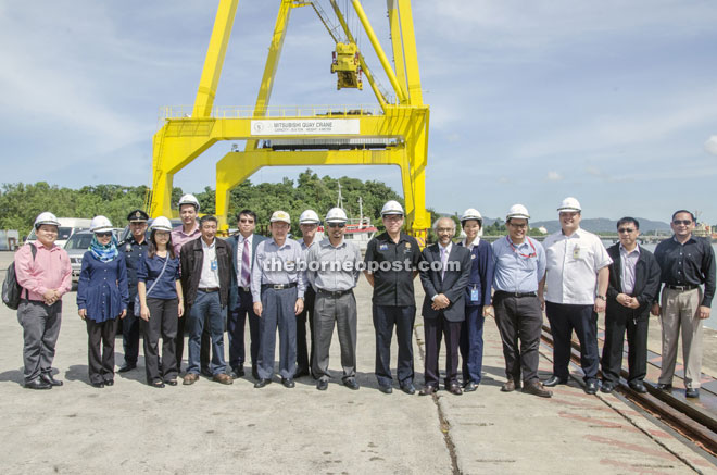 Chua (seventh right) is seen in a photocall together with KPA general manager Rosli Saup (sixth right) and others at the Senari Terminal.