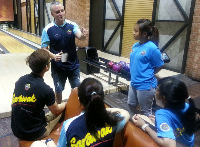 Delaney giving some tips on bowling to the Sarawak Sukma Shadow Team bowlers at Megalanes Adventure World during a training session.